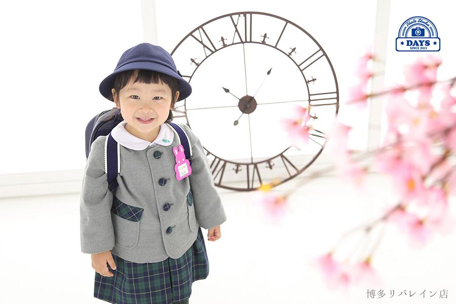 制服とリュックが嬉しい幼稚園児