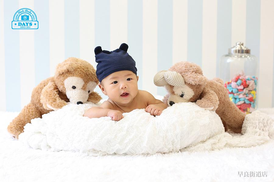 くまさんとうつ伏せを頑張る赤ちゃんの写真