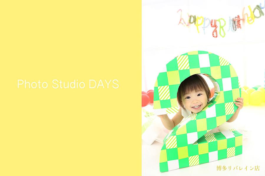 数字オブジェから顔を出す2歳の誕生日