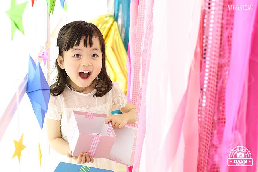 プレゼントを開けて笑顔の4歳バースデー撮影