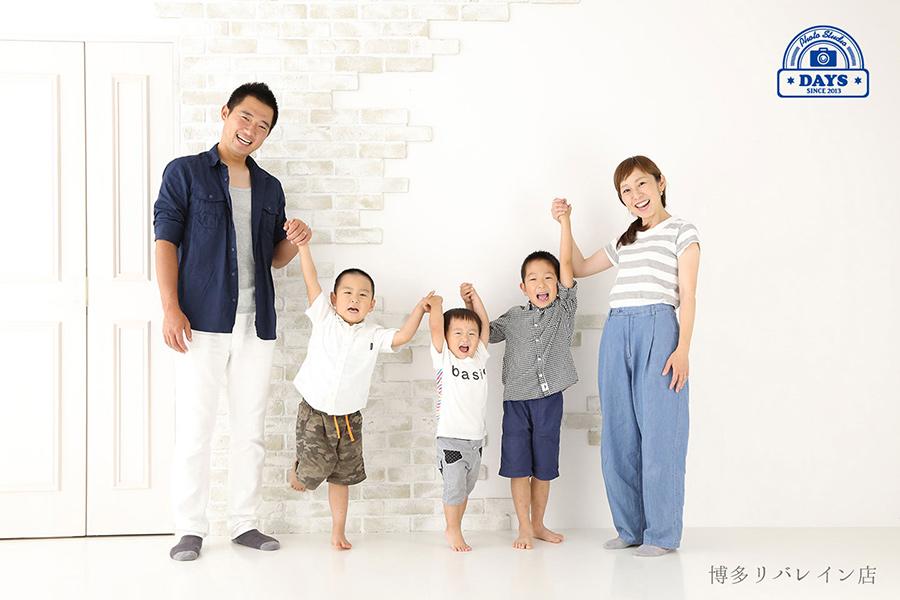 手を繋いで嬉しい家族写真