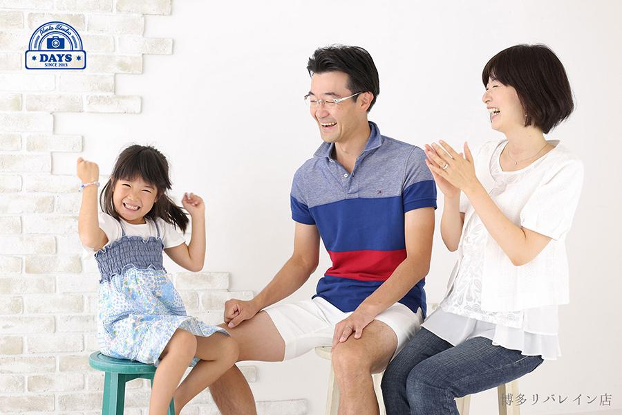 初夏に家族で楽しんでいる笑顔の写真