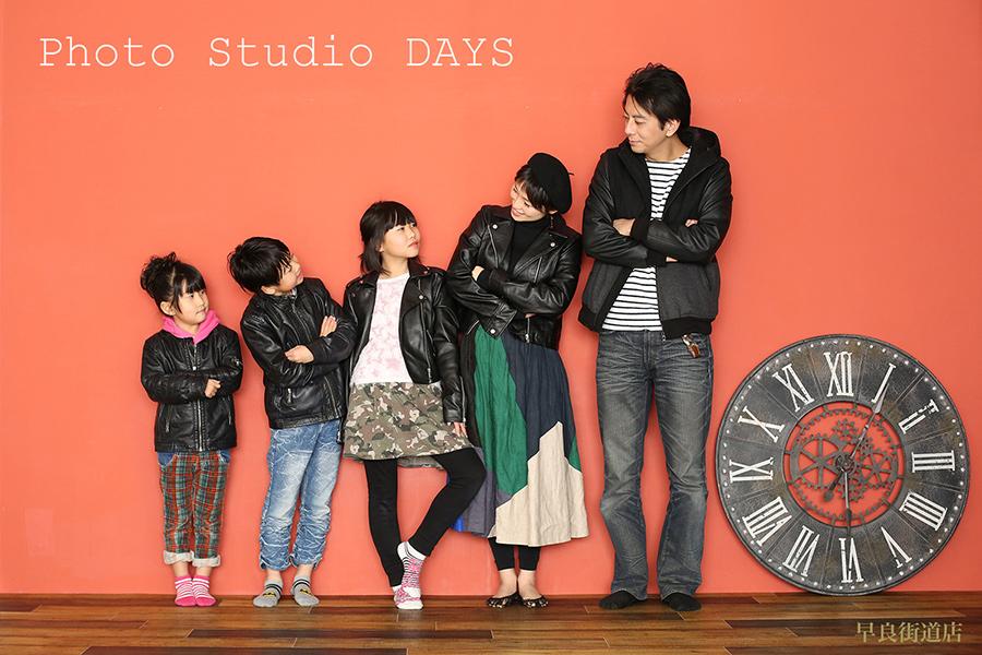 みんなでお揃いのライダーズジャケットを着てかっこよくモデルポーズする家族写真