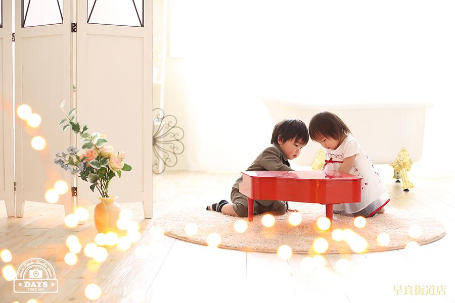 兄妹仲良くピアノを弾くふんわりとした写真