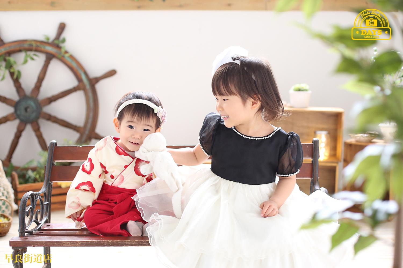 初節句の女の子とお姉ちゃん自然光の中で優しい雰囲気の写真