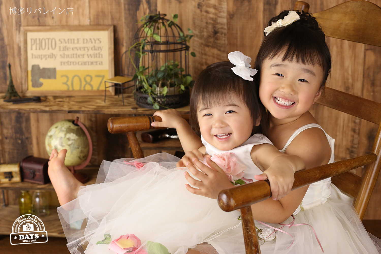 ドレス姿の小さい姉妹