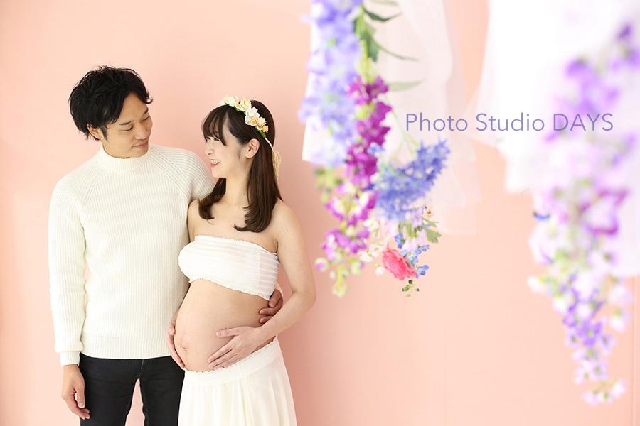 白いドレスに花冠で華やかなマタニティフォト