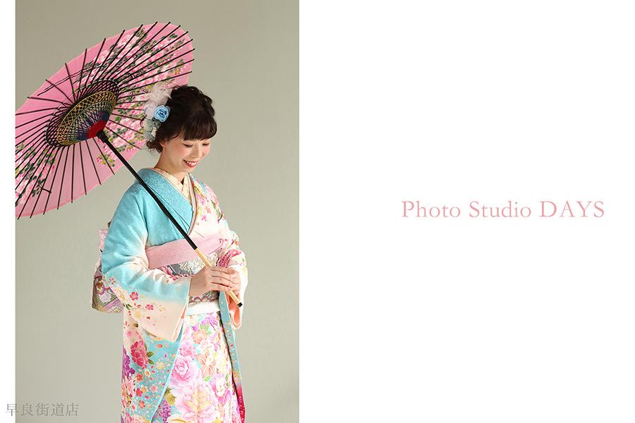 和傘に鮮やかな振り袖姿