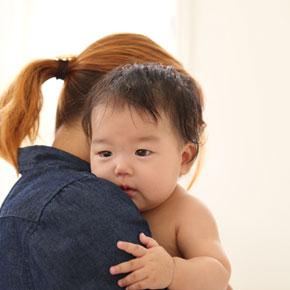 お母さんにだっこされている赤ちゃん